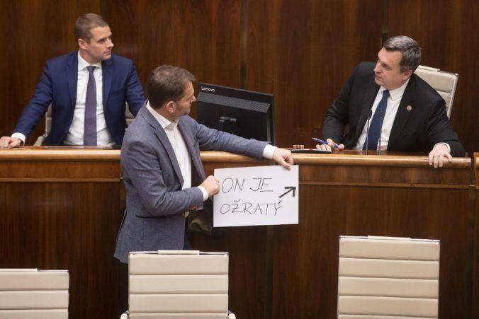 """Danko sa v parlamente pochytil s Poliačikom, Matovič prišiel s transparentom """"On je ožratý"""""""