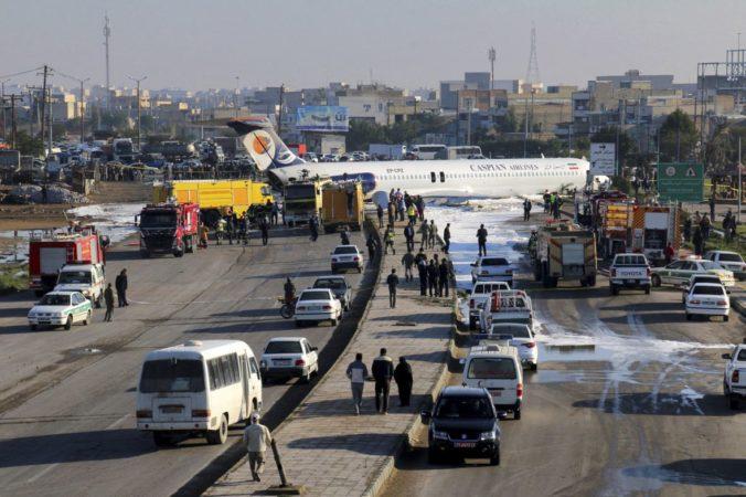 Lietadlo plné ľudí stratilo pri pristávaní podvozok a zastavilo sa na ulici (video)