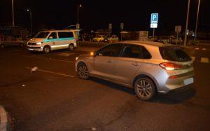 Starší muž sa pravdepodobne plne nevenoval riadeniu, na parkovisku zrazil 13-ročné dievča