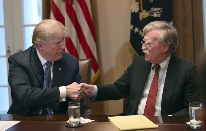 Bolton spochybňuje obhajobu Trumpa a je pripravený vypovedať v procese impeachmentu