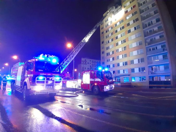 Pre požiar bytu museli evakuovať panelák, jedna žena neprežila