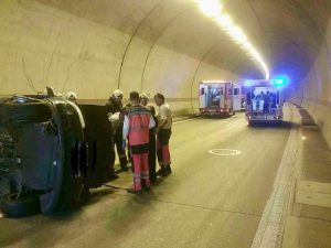 Dve autá havarovali v tuneli Sitina v smere do Petržalky, jedna osoba zostala zakliesnená