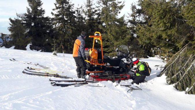 Horskí záchranári ratovali turistu vo Veľkej Rači, mal silné kŕče v nohách