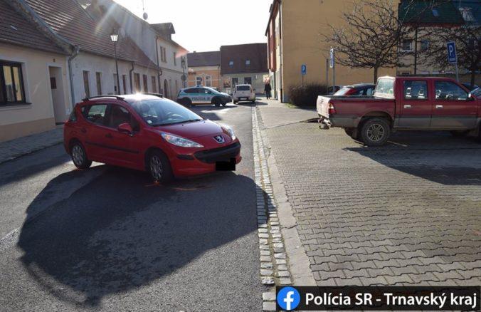 Mladík na Peugeote pri cúvaní zachytili chodkyňu, po prevoze do nemocnice zomrela (foto)