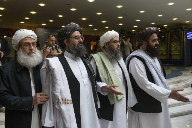 Američania a Talibanci sa dohodli na obmedzení násilia, očakáva sa podpísanie mierovej dohody