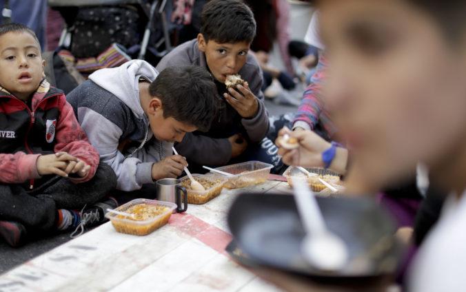 Každý tretí Venezuelčan čelí hladu, množstvo ľudí prežíva len vďaka hľuzám a fazuli