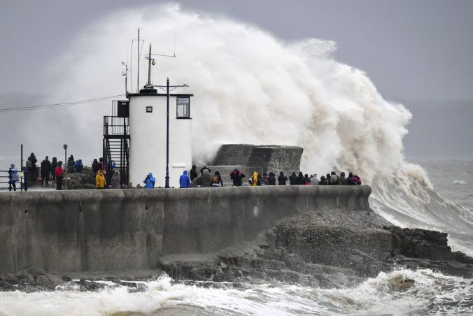 Británia sa po Ciare pasuje s búrkou Dennis, vyžiadala si ľudské obete a hrozia záplavy