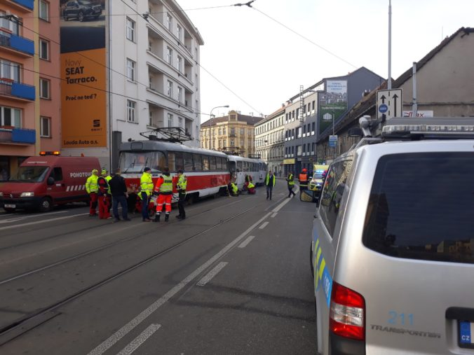 Dve električky sa zrazili v centre Brna, v nemocnici skončilo niekoľko zranených (video)