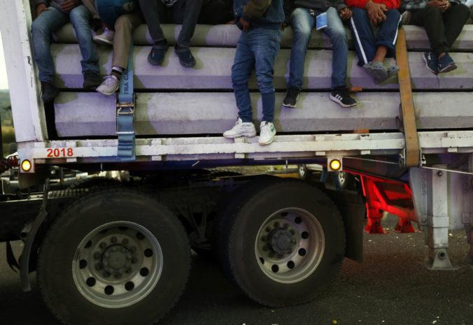 Polícia našla v Severnom Macedónsku opustený kamión, vnútri sa nachádzalo 47 migrantov