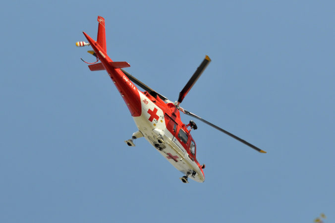 Pri obci Viničné sa čelne zrazili dve autá, zasahoval aj vrtuľník