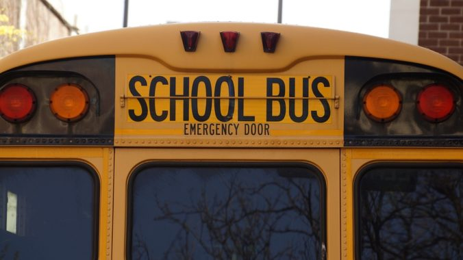 Školský autobus zrazil desaťročné dievča, po príchode do nemocnice zomrelo