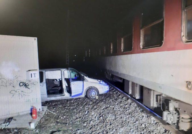Hrozivo vyzerajúca zrážka dodávky s vlakom sa zaobišla bez zranení (foto)
