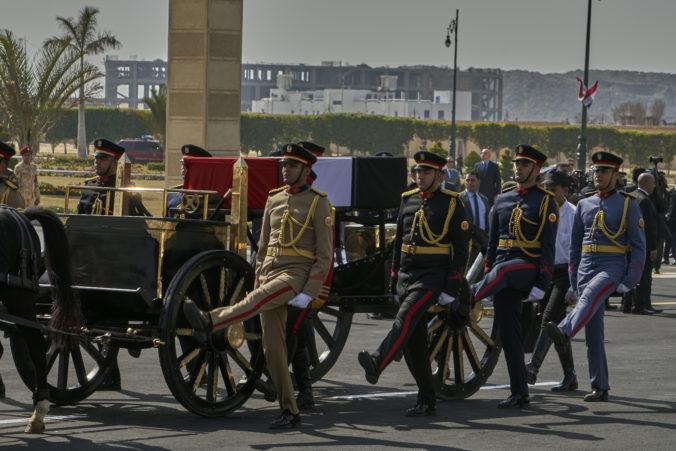 Egyptského exprezidenta Mubaraka pochovali s vojenskými poctami, vláda vyhlásila smútok (video)