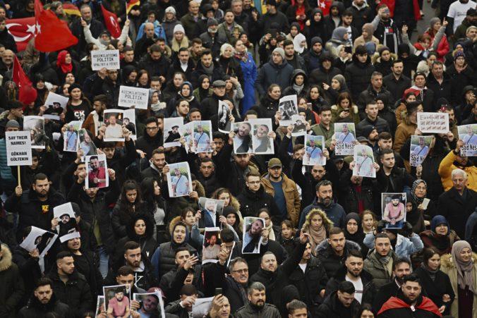 Desaťtisíc demonštrantov pochodovalo v meste Hanau, aby si uctili obete streľby