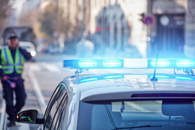 Len štrnásťročný šofér narazil do policajta, v aute sa viezlo aj niekoľko tínedžeriek