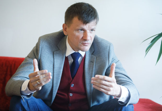 Hlina viní Matovičovo OĽaNO, že si v dedinských rozhlasoch objednalo antikampaň na KDH