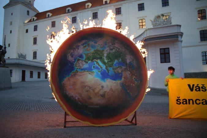 Aktivisti na Bratislavskom hrade zapálili maketu planéty, poukazujú na vážnosť situácie (foto)