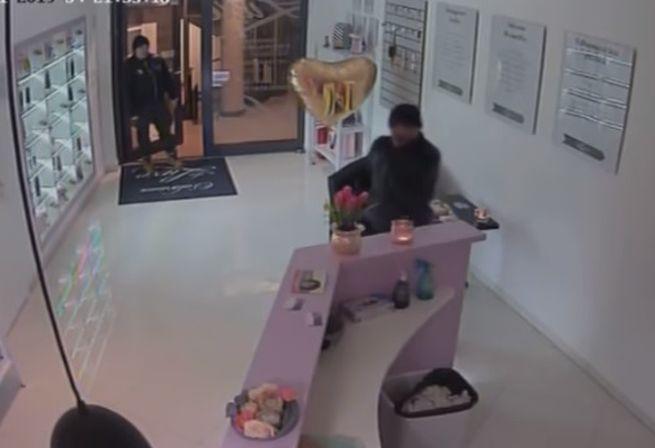 Zlodeji ukradli zo solária stovky eur, polície zverejnila video a žiada verejnosť o pomoc