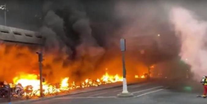 Neďaleko vlakovej stanice horelo, údajne niekto podpálil skúter počas nepovoleného koncertu (video)