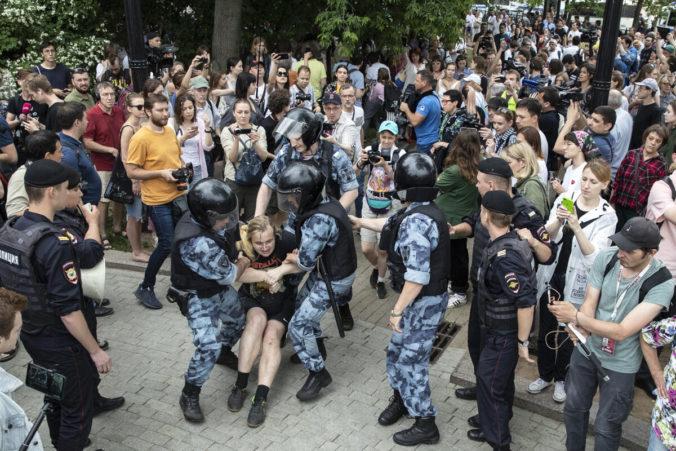 Za policajné násilie počas masových protestov v Moskve, je podľa Putina zodpovedná opozícia