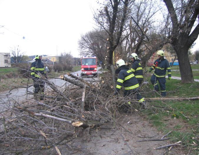 Na Slovensku silno fúka, meteorológovia varujú aj pred povodňami