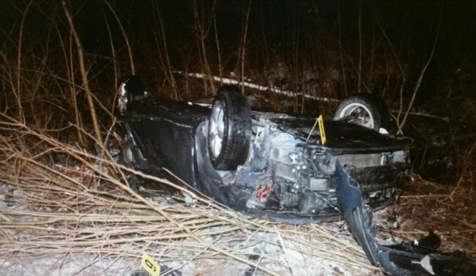 Tragická nehoda v Prešovskom kraji, auto sa po náraze do svahu prevrátilo na strechu