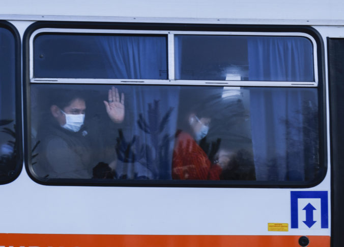 Obyvatelia ukrajinskej obce zahádzali kameňmi autobusy s ľuďmi evakuovanými z Číny