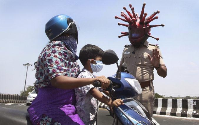 Policajt s prilbou v tvare koronavírusu straší ľudí, ktorí sa odmietajú chrániť rúškom