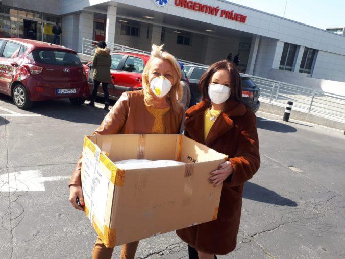 K pomoci nemocniciam sa pridáva aj Kooperativa – doručuje im ochranné rúška