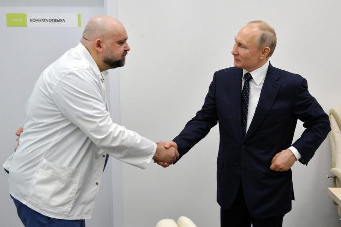 Putin môže byť teoreticky nakazený, podal si ruku s pozitívne testovaným primárom nemocnice