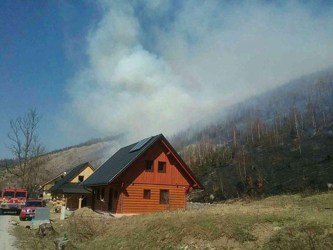 Viac než sto hasičov bojuje s požiarom v Oščadnici, na pomoc im letel aj vrtuľník (foto)