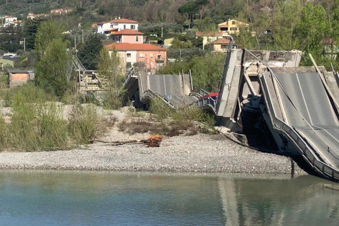 V Toskánsku sa zrútil veľký cestný most, aj napriek praskline dostal od kontrolórov zelenú (foto)