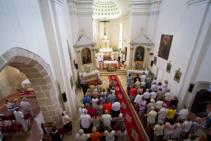 Skvelá správa pre veriacich! Matovič: V kostole sme zrušili povinný dvojmetrový rozostup medzi ľuďmi