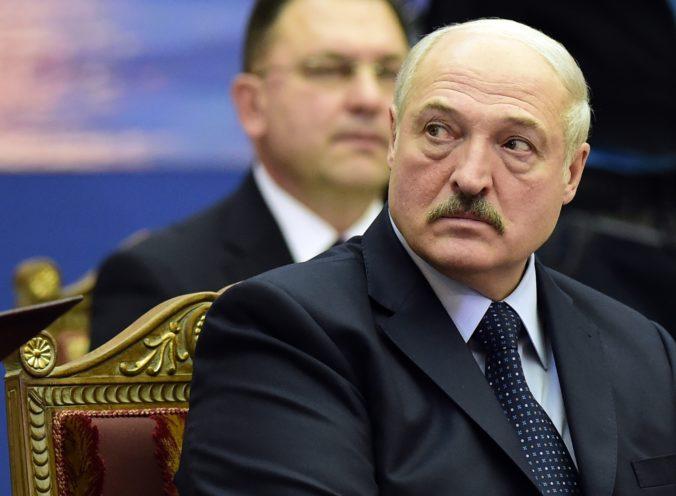 """Lukašenko trvá na tom, že plamenisté diskusie o koronavíruse sú len """"davovou psychózou"""""""