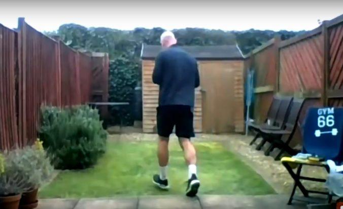 Bývalý oštepár oslávil narodeniny maratónom, odbehol ho na dvore svojho domu (video)