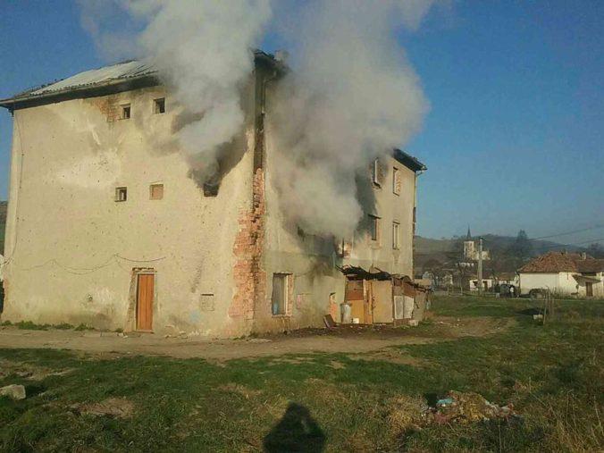 Požiar v bytovom dome v obci Sútor si vyžiadal jednu obeť a šesť zranených