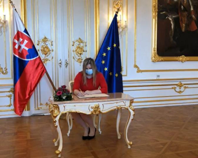 Viacerí poslanci podpisovali koaličnú zmluvu bez rukavíc a jedným perom, Raši hovorí o hazarde