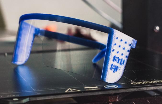 Študenti STU skonštruovali prototyp ochranných okuliarov. Dokážete si ich vyrobiť aj sami