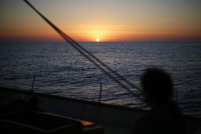 Grécko sprísnilo opatrenia, občanom zakázali plávanie v mori aj vodné športy