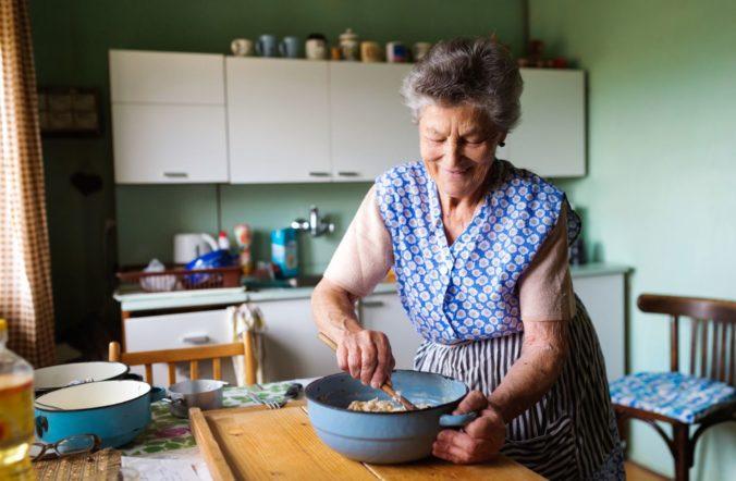 Nepúšťajte si cudzích ľudí do bytu, polícia varuje dôchodcov pred možnými podvodníkmi