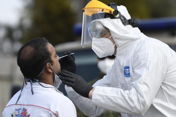 Začalo sa testovanie Rómov na koronavírus, ako prví prišli na rad ľudia z Jarovníc (foto)