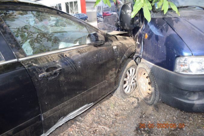 Opitý mladík prerazil plot a nabúral do zaparkovaného auta, pri nehode sa zranila jeho spolujazdkyňa (foto)