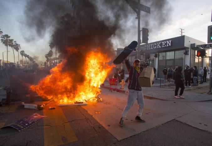 Násilné protesty po smrti Floyda sa rozšírili do viac ako 30 miest, rastú počty zranených (video)