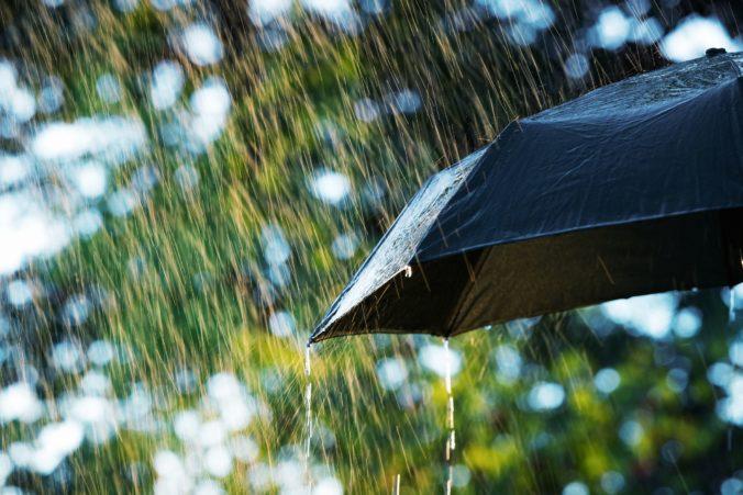 Meteorológovia vydali výstrahu pred povodňami, trvalý dážď ohrozuje okresy na severe Slovenska