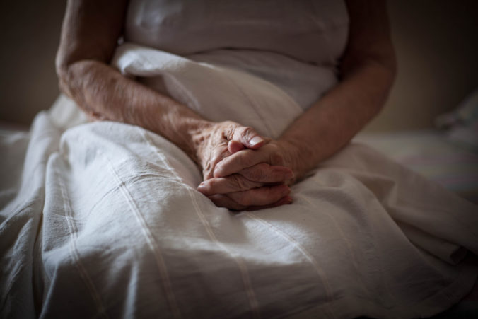 Dôchodcovia dali prácu dvanásťkrát trestanému mužovi, ten im za to vykradol dom