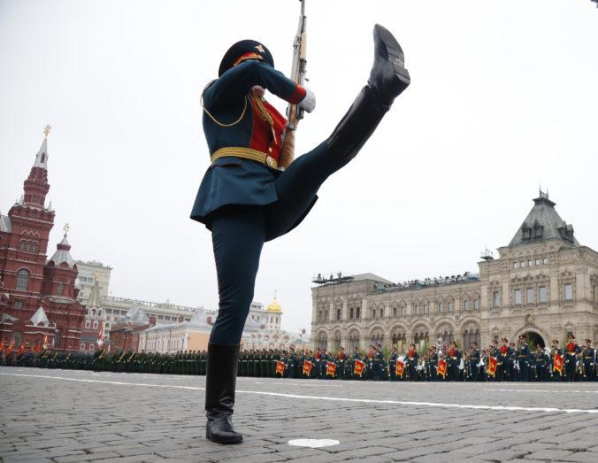 Vojenská prehliadka ku Dňu víťazstva sa uskutoční koncom júna, oznámil prezident Putin