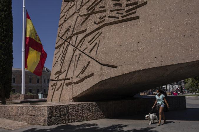 Za obete pandémie sa v Španielsku začal desaťdňový štátny smútok