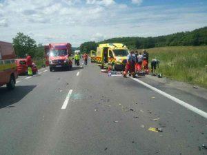 Dvaja ľudia zomreli pri dopravnej nehode dvoch motoriek a osobného auta (foto)