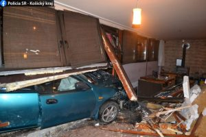 Opitý muž utekal pred políciou, ale nezvládol riadenie a narazil autom do baru (foto)