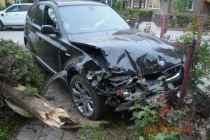 Opitý tínedžer na BMW a so zákazom jazdiť vyletel na chodník a narazil do plynovej prípojky (foto)